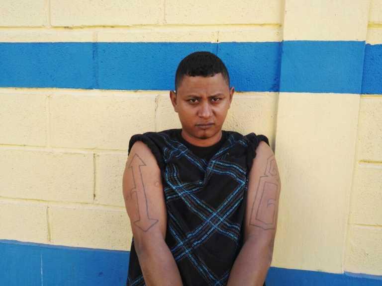 """Capturan a """"Little Black""""cabecilla de la pandilla 18 que ordenaba asesinatos"""