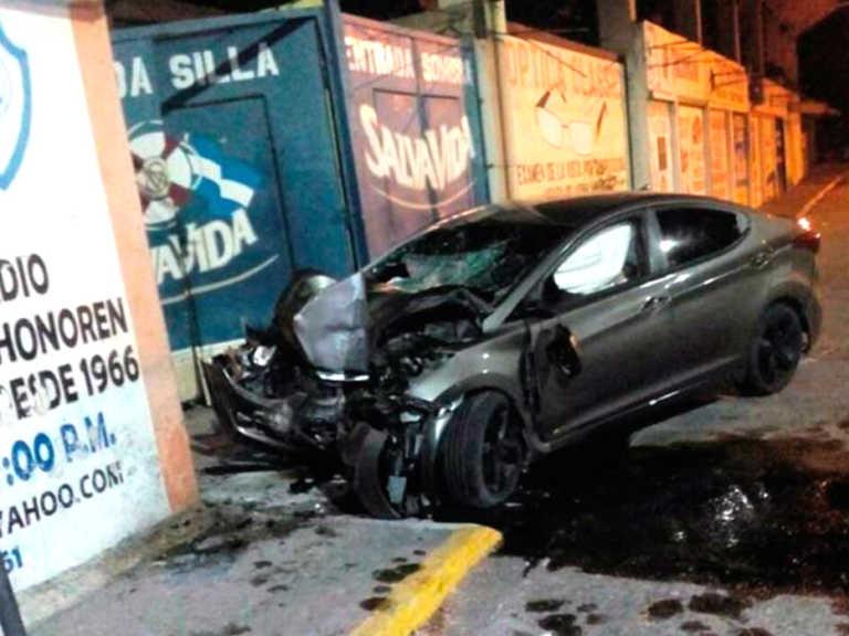 Comerciante muere al chocar contra portón de estadio en La Ceiba
