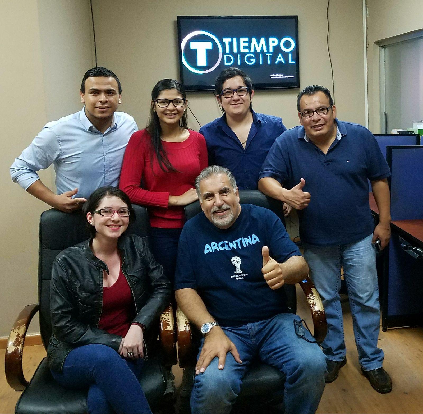 Fernando Fiore con el equipo de Diario Tiempo Digital en San Pedro Sula.