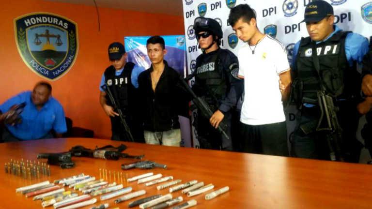 Capturan dos veinteañeros en posesión de AK-47 y droga en Cortés