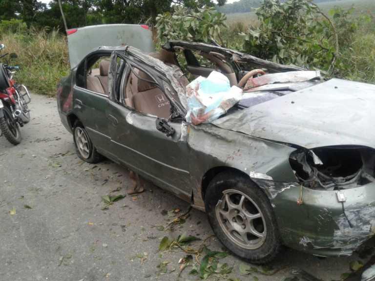 Ciudadano muere al impactar contra un árbol en Atlántida