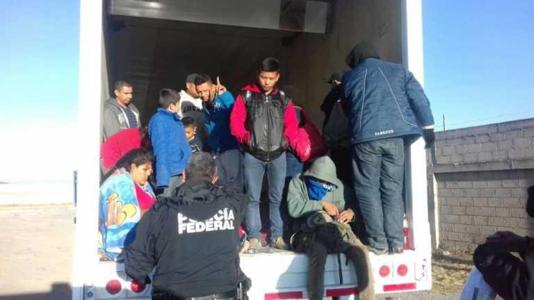 Hallan varios hondureños entre 29 migrantes abandonados en camión