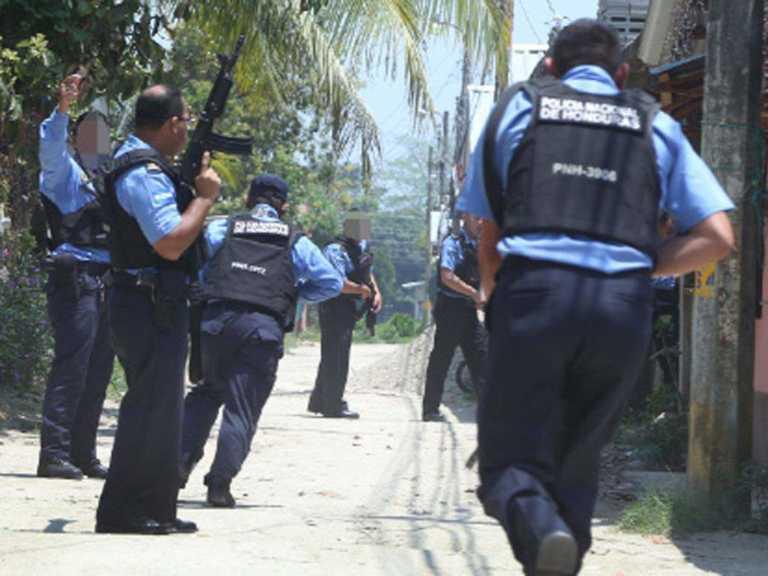 Al menos 100 detenidos tras el toque de queda a nivel nacional