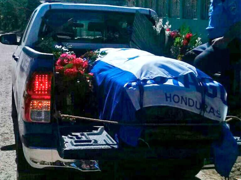 Entierran a uno de los dos policías asesinados en Olancho