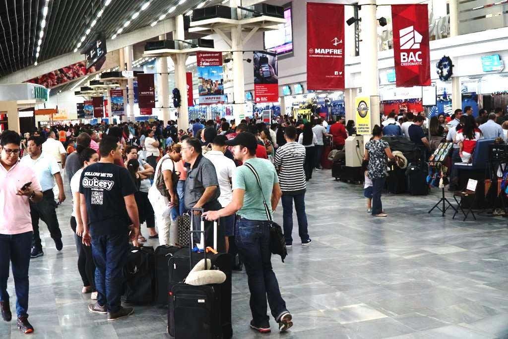 Filas en el Aeropuerto Ramón Villeda Morales. Ciudadanos reprogramaron sus viajes tras la cancelación de vuelos internacionales.