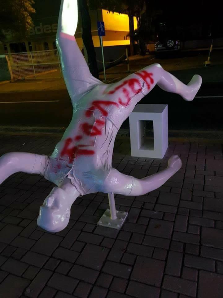 ¡Estatua homenaje de Juan Carlos García fue manchada!