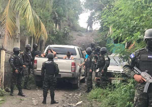 Detienen a tres féminas con indumentaria policial en La Lima