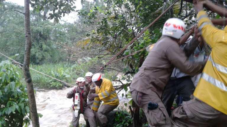 Rescatan a familia aislada por la crecida de un río en Omoa