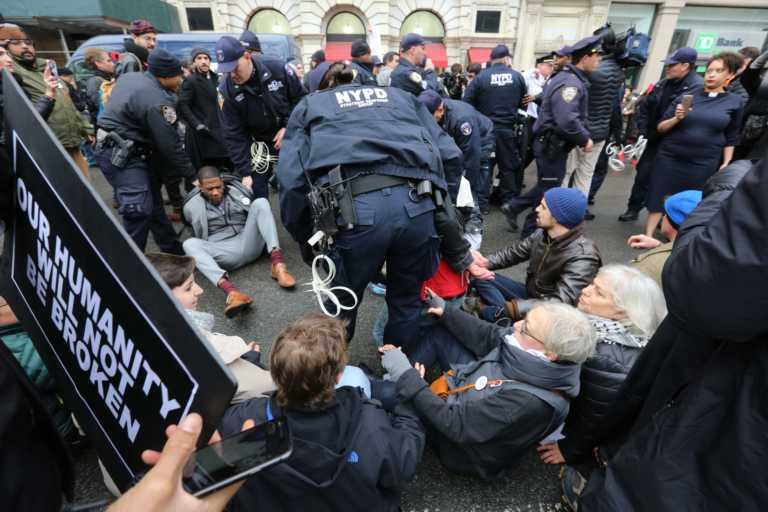 EUA: Arrestan a activistas y políticos tras protestas en Federal Plaza
