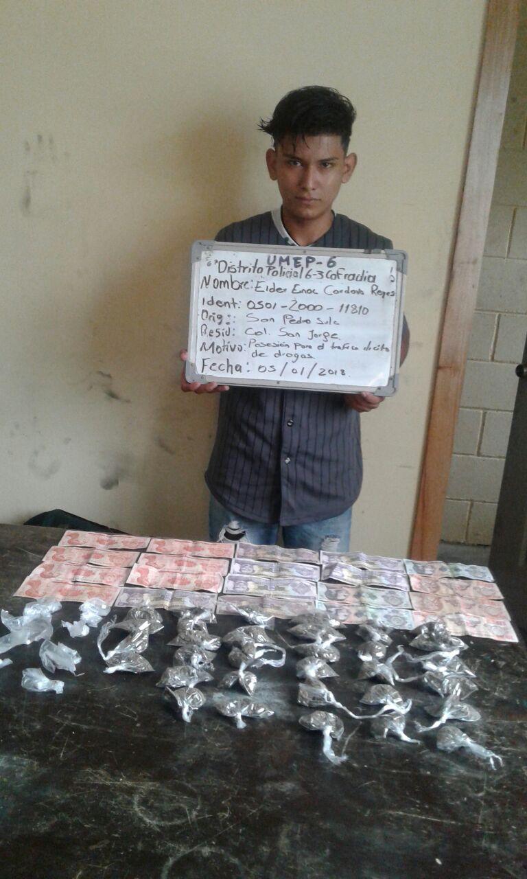 Se le decomisaron varios tipos de supuesta droga y dinero en efectivo.