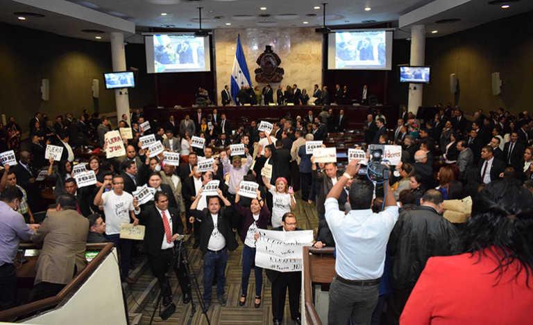 Según analistas fue error no dar la palabra a la oposición en elección de junta directiva