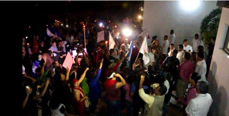 Ciudadanos indignados llegan a demostrar su apoyo frente a la MACCIH