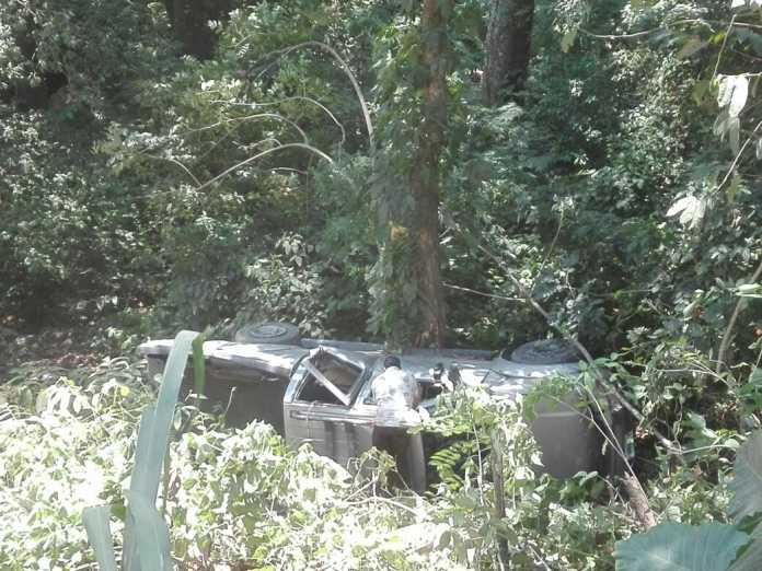 Al menos 12 personas salen heridas tras volcarse un vehículo