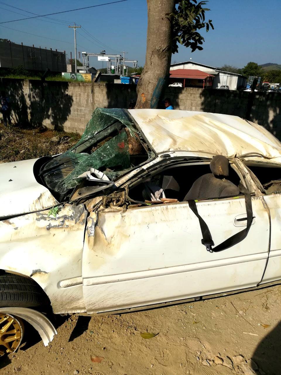 Según los trabajadores del puente, el vehículo dio varias vueltas en el aire y cayó. Lastimosamente atropelló a dos ciudadanos que pasaban por la zona.
