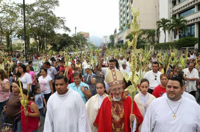 Feligreses católicos en San Pedro Sula