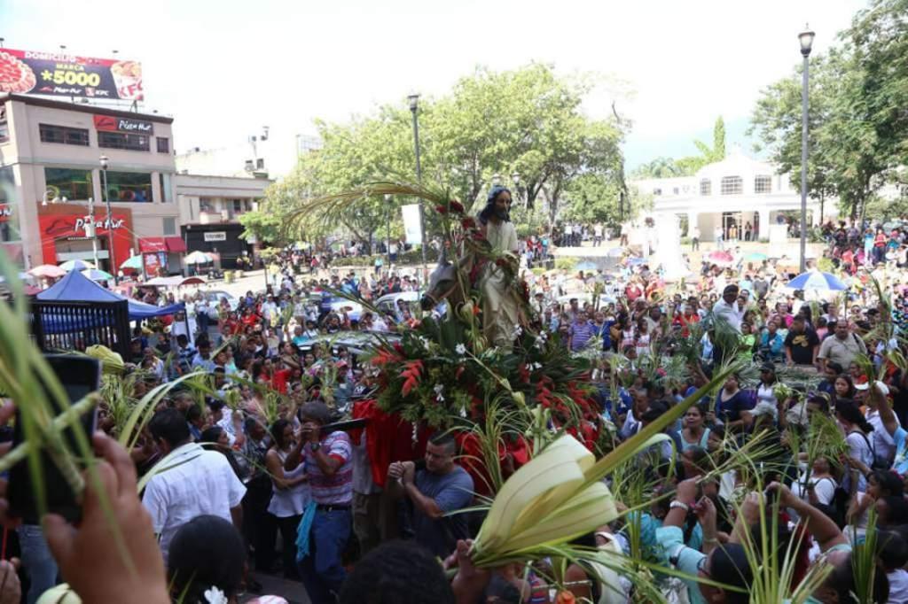 Feligreses sampedranos abarrotan la catedral de San Pedro