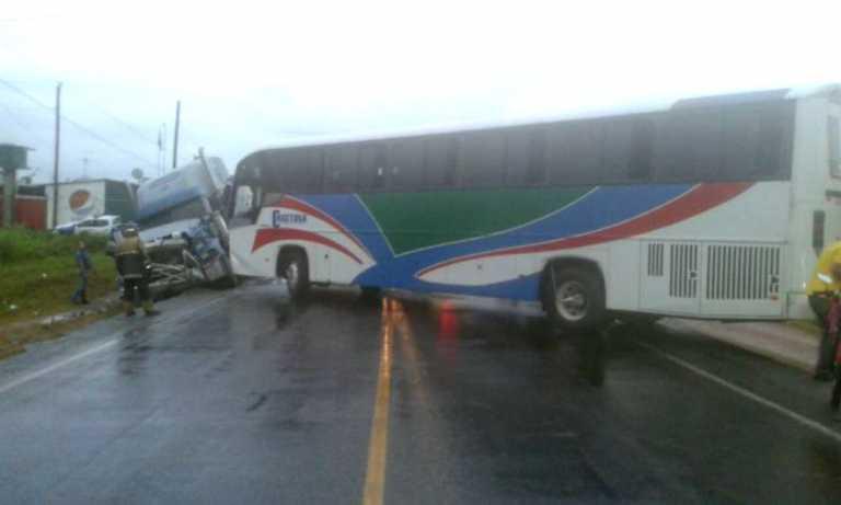 Colisión entre cabezal y autobús deja varios lesionados en El Progreso