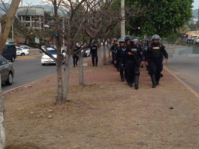 Estudiantes universitarios y policías se enfrentan en la UNAH