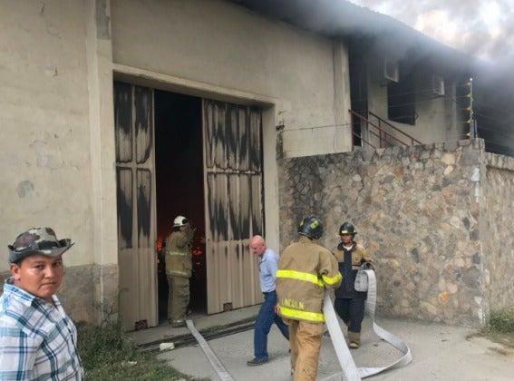 Un voraz incendio se produjo en una fábrica de plástico en San Pedro Sula