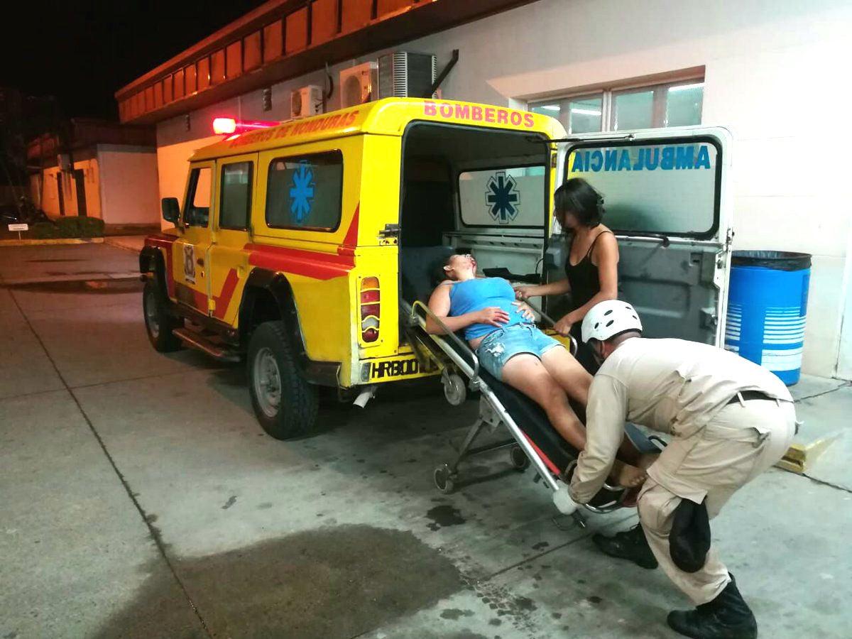 Momento en que la joven herida llegaba al área de emergencia del Hospital de Tela, Atlántida.