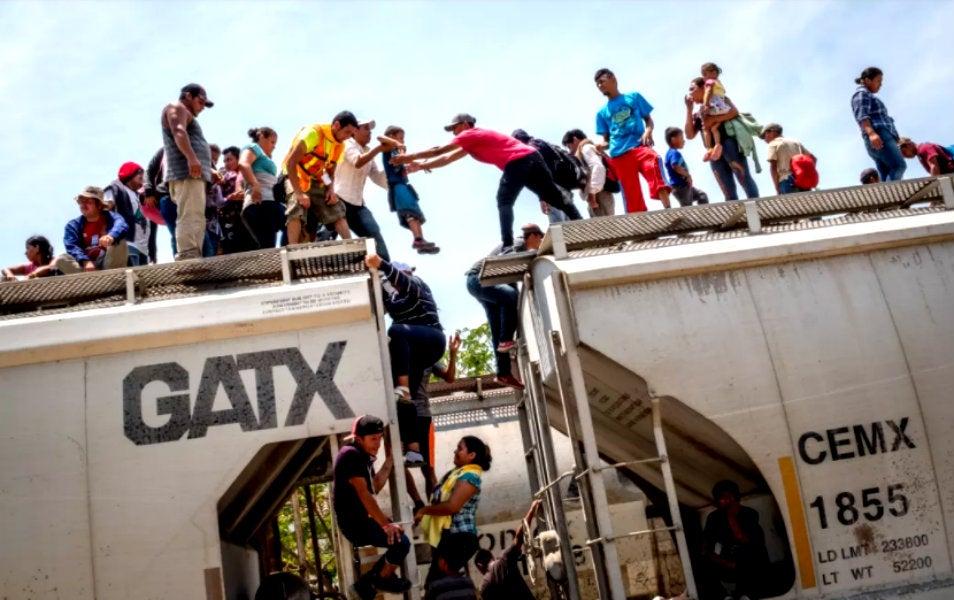 """Cientos de migrantes suben a """"La Bestia"""" arriesgándose a perder alguna extremidad o a morir."""