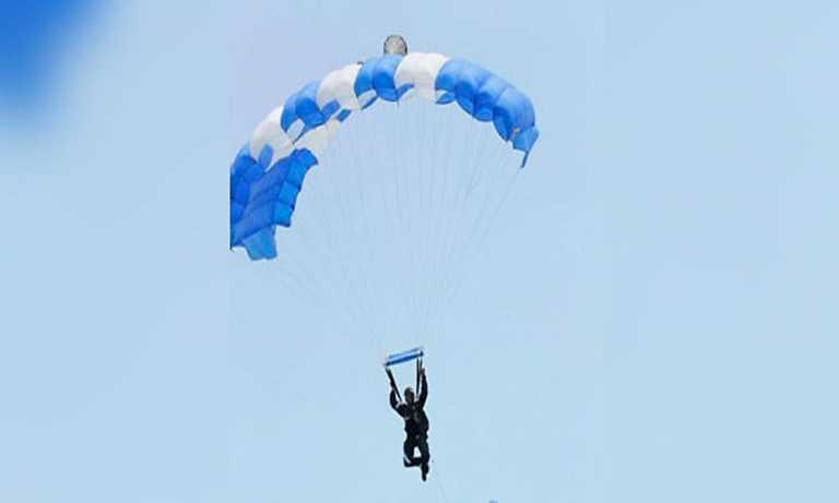 Mujer paracaidista cae sobre el techo de una casa en Siguatepeque