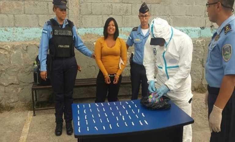Detienen a mujer que llevaba droga envuelta en papel de regalo