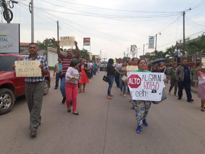 Olanchanos salen a protestar contra el servicio y altos cobros de la EEH
