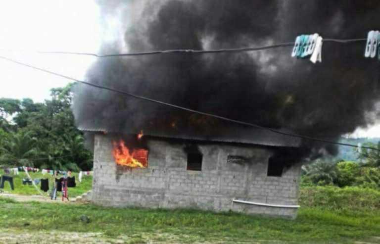 Bombero recibe reporte de incendio y cuando llega su casa ardía en llamas