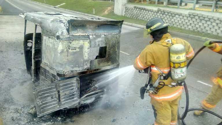 Supuestos antisociales incendian mototaxi en la salida al norte de Tegucigalpa