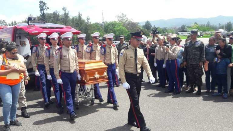 Reciben con honores el cuerpo del héroe bombero, Frank Obilson Santos