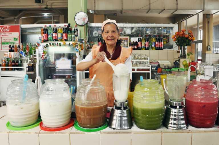 «Doña Mencha», vendiendo jugos en el mercado graduó a su hijo de ingeniero