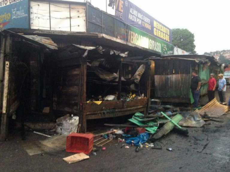 Feroz incendio destruye varios puestos en Comayagüela