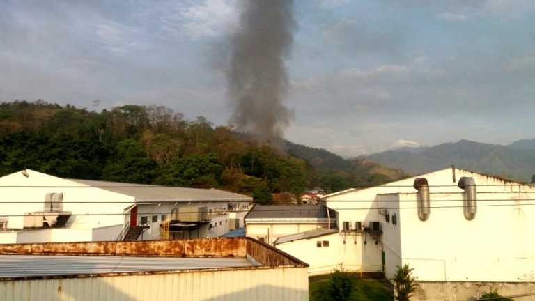 Bomberos luchan por sofocar incendio en dos maquilas de ZIP Choloma