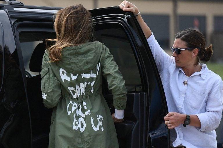 Critican a Melania Trump por el mensaje de su chaqueta en la visita a Texas