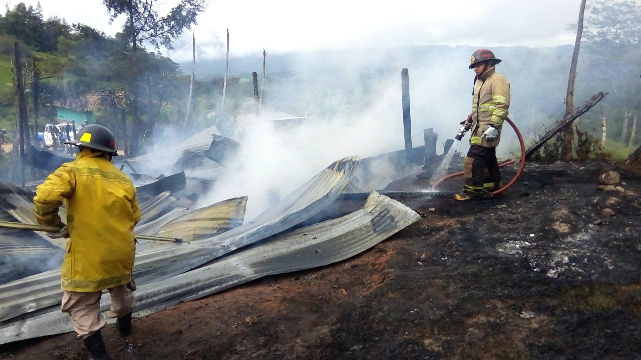 El negocio fue reducido a cenizas. Aunque los bomberos trataron de sofocar las llamas, ya era demasiado tarde.