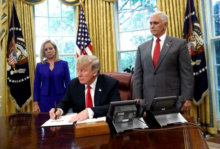 """¡Trump firma orden! No más familias separadas pero continúa """"Tolerancia Cero"""""""