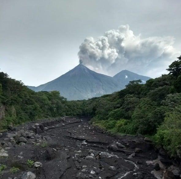Alerta en Guatemala: Volcán de Fuego cubre de cenizas la ciudad de Antigua