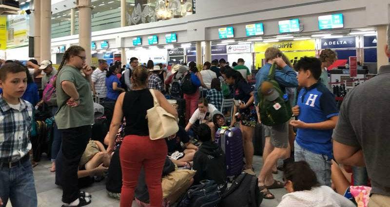 Viajeros duermen en el aeropuerto