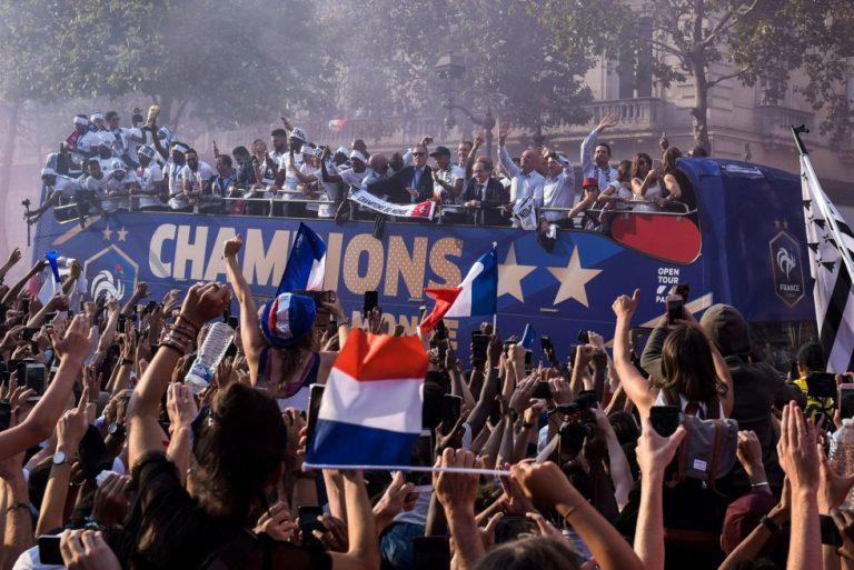 La multitud recibió a los campeones del mundo tras llegar a Francia con la Copa