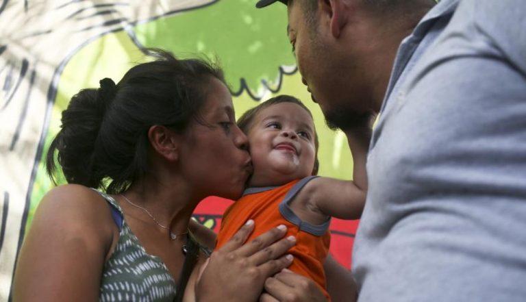 Vuelve a Honduras el pequeño de un año que compareció en corte de EUA