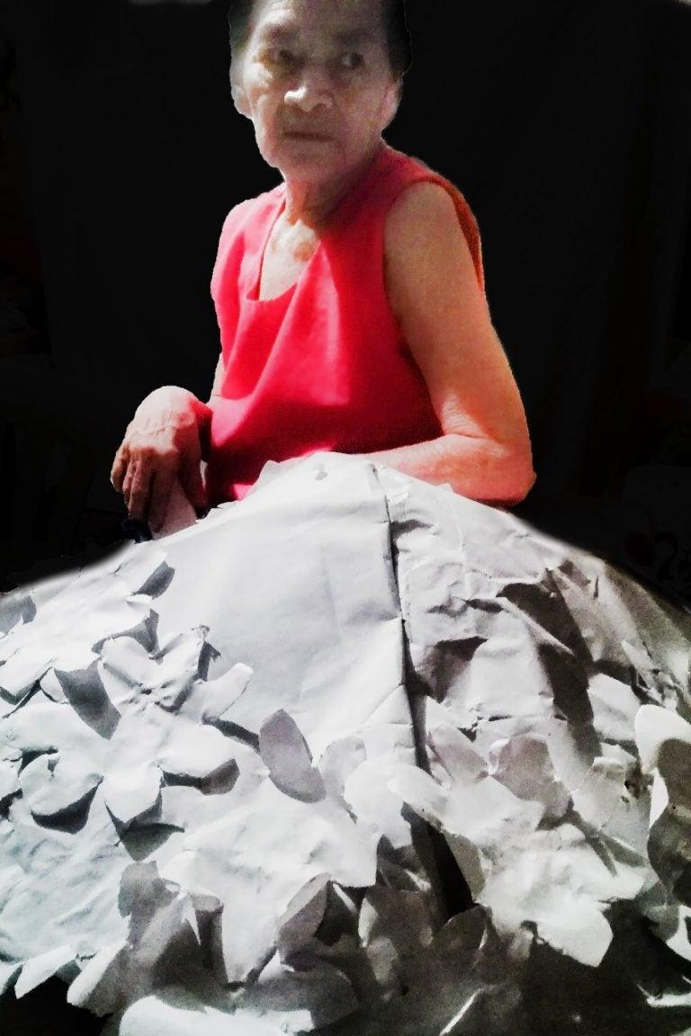 HISTORIA HUMANA: Doña Irma Marina Sierra elabora coronas de muertos para sobrevivir