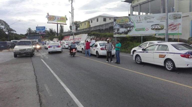 La Ceiba: al menos 600 taxistas se toman puente sobre el Río Danto