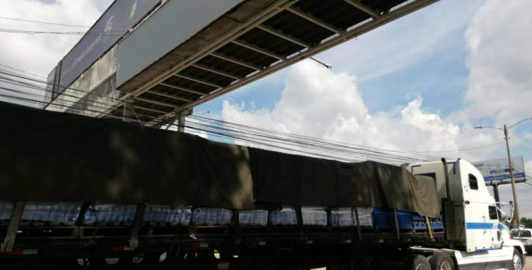 Rastra atropella a una mujer bajo puente peatonal en SPS