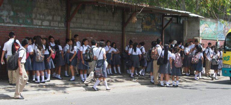 Alumnos del JTR exigen que se les restituya el bono estudiantil
