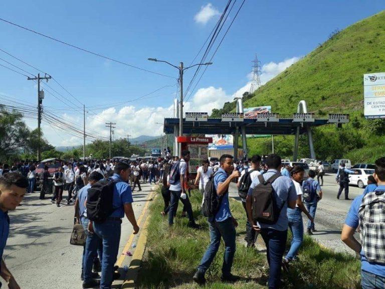 SPS: policías desalojan a estudiantes que exigen bono estudiantil