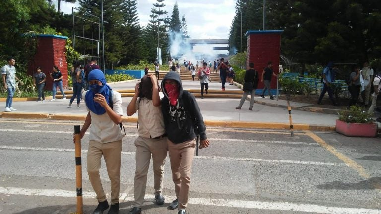 Colegiales arman zafarrancho en algunas calles de la capital y se enfrentan a policías