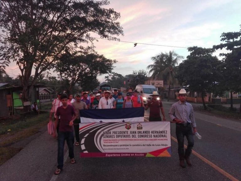 ¡Extraordinario! Habitantes de Esparta, Atlántida, van a pie hacia Tegucigalpa para exigir una pavimentación
