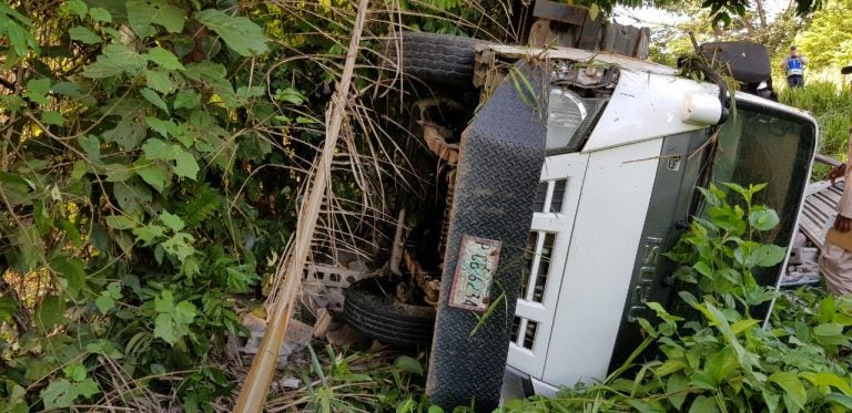 Dos lesionados tras volcamiento de camión en Tocoa, Colón