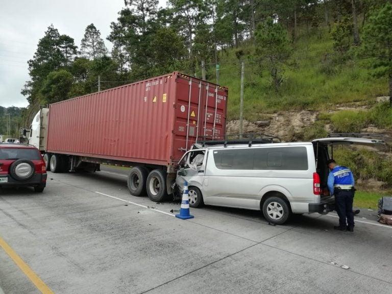 Cuatro muertos en fatal accidente entre microbús y rastra en la carretera CA-5